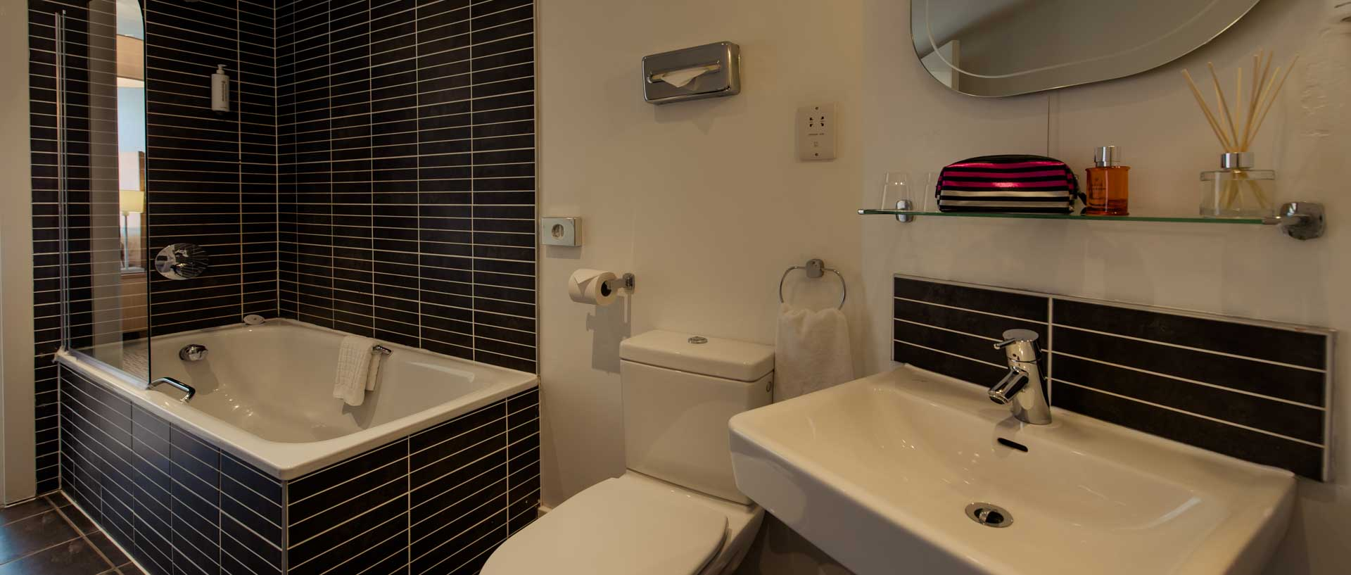PREMIER SUITES PLUS Liverpool bathroom